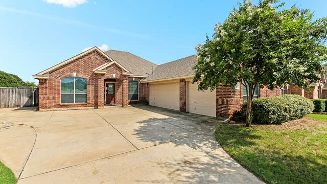 Photo 1 of 18 - 825 Greenwood Dr, Burleson, TX 76028
