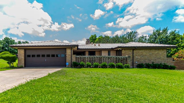 Photo 1 of 28 - 4401 Cardiff Ave, Fort Worth, TX 76133