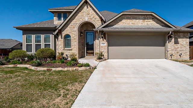 Photo 1 of 27 - 533 Lily St, Crowley, TX 76036