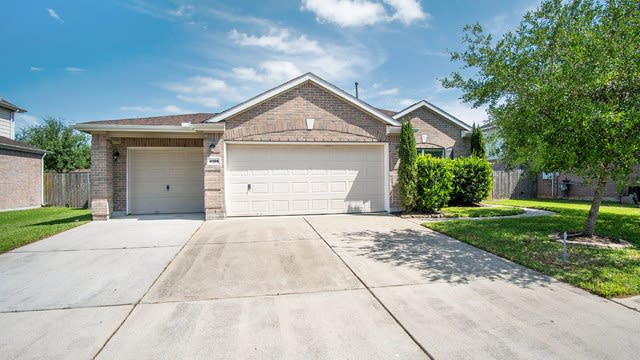 Photo 1 of 16 - 4305 Brazos Bend Dr, Pearland, TX 77584