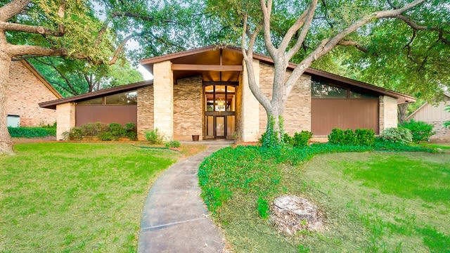 Photo 1 of 27 - 1106 Country Club Ct, Mansfield, TX 76063