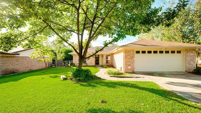 Photo 1 of 25 - 808 S Atkerson Ln, Euless, TX 76040
