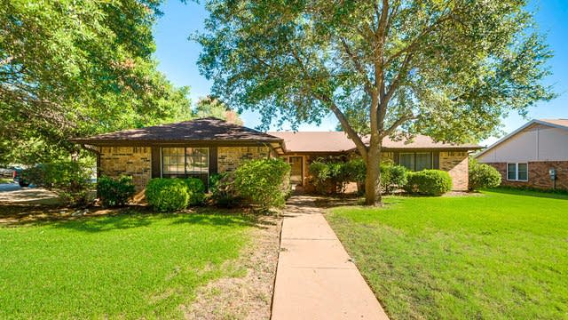 Photo 1 of 24 - 4720 Yellowleaf Dr, Fort Worth, TX 76133