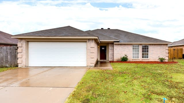 Photo 1 of 26 - 805 Amber Dr, Saginaw, TX 76179