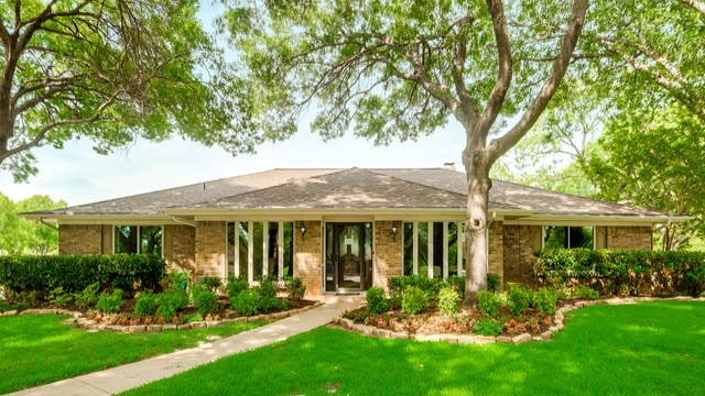 Photo 1 of 29 - 951 Oakmont Ct, Fort Worth, TX 76112