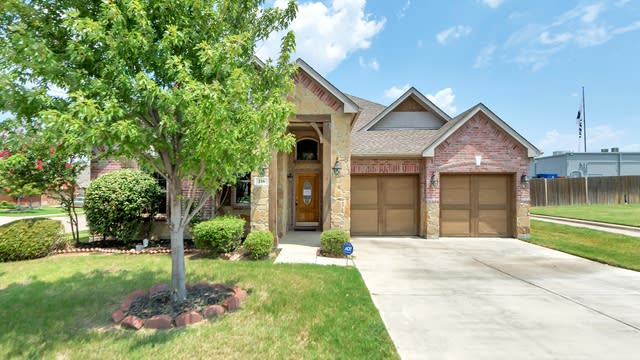 Photo 1 of 27 - 216 Moonlight Dr, Euless, TX 76039