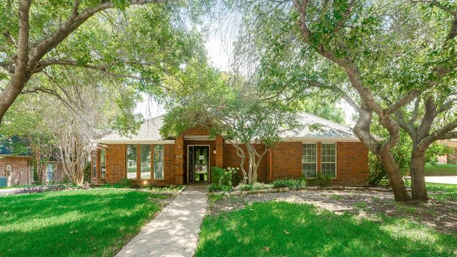 Photo 1 of 32 - 6925 Brookvale Rd, Fort Worth, TX 76132