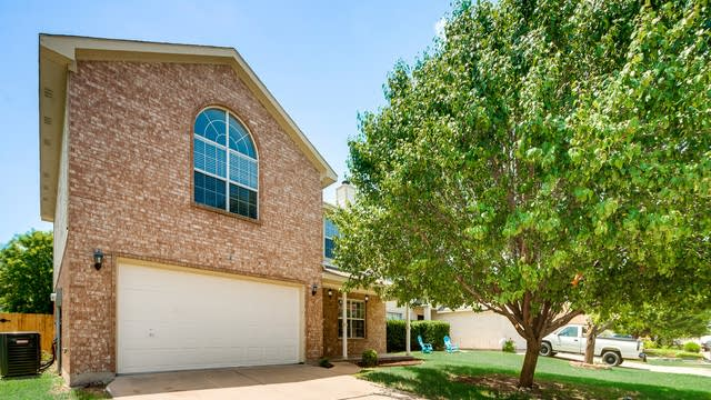 Photo 1 of 31 - 9729 Parkmere Dr, Fort Worth, TX 76108