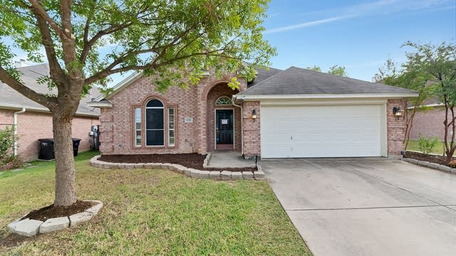 Photo 1 of 28 - 8708 Saranac Trl, Fort Worth, TX 76118