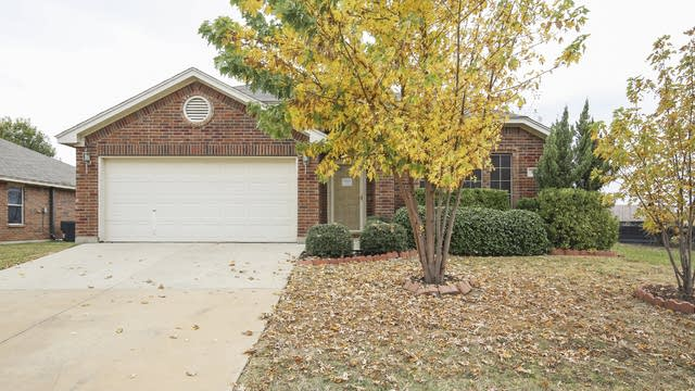 Photo 1 of 28 - 621 Mooney Dr, Fort Worth, TX 76179