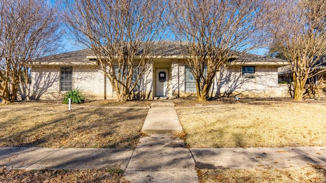 Photo 1 of 27 - 821 Woodhaven Ln, Garland, TX 75040