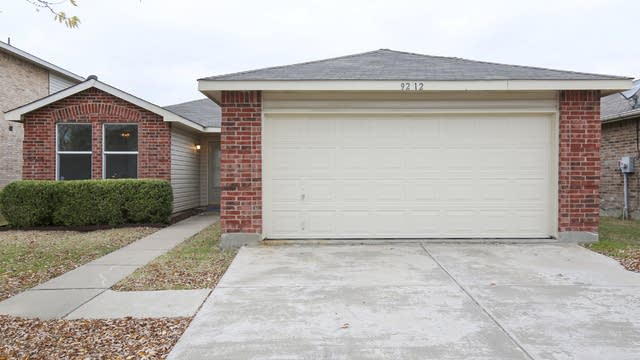 Photo 1 of 25 - 9212 Old Clydesdale Dr, Fort Worth, TX 76123