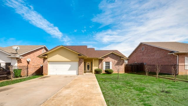 Photo 1 of 32 - 345 Cotton Dr, Mansfield, TX 76063