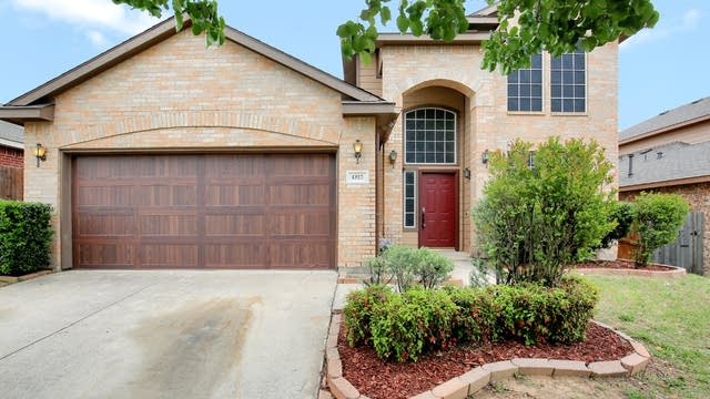 Photo 1 of 29 - 4812 Barnhill Ln, Fort Worth, TX 76135