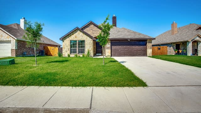 Photo 1 of 28 - 1805 Meadowlark Ln, Royse City, TX 75189