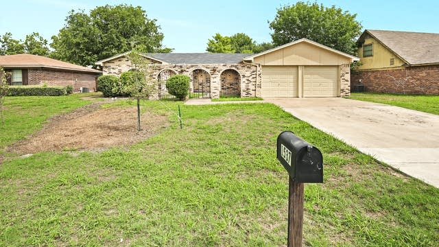Photo 1 of 27 - 1537 Timberline Dr, Benbrook, TX 76126