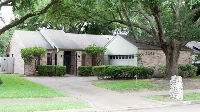 Photo 1 of 15 - 2203 Gray Falls Dr, Houston, TX 77077