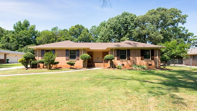 Photo 1 of 18 - 6227 Lake Forest Rd E, Charlotte, NC 28227
