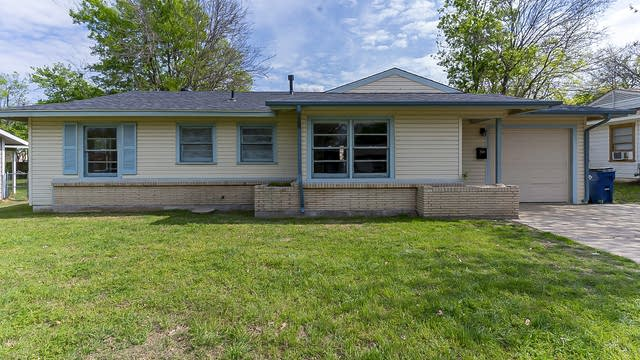 Photo 1 of 20 - 111 SW Taylor St, Burleson, TX 76028