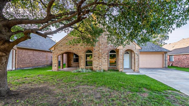 Photo 1 of 26 - 815 Meadowdale Rd, Arlington, TX 76017
