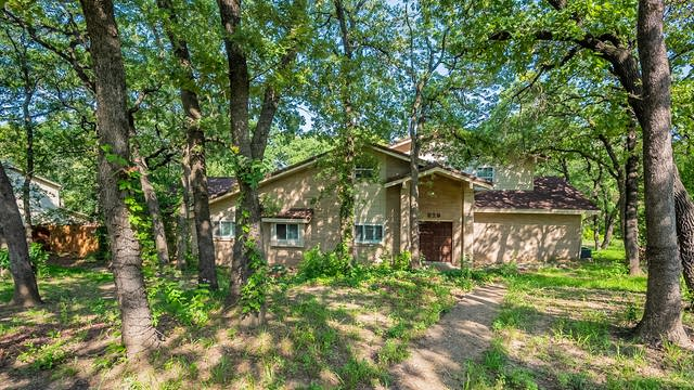 Photo 1 of 38 - 929 Highwoods Trl, Fort Worth, TX 76112