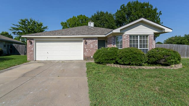 Photo 1 of 20 - 10800 Pebblecreek Ct, Benbrook, TX 76126